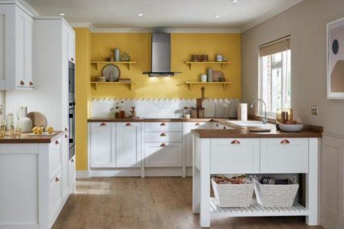 Couleur Jaune Moutarde sur le mur de la cuisine blanche