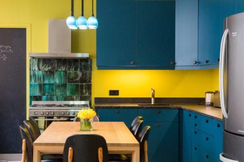Couleur Jaune Moutarde sur le mur de la cuisine bleu canard
