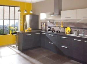 Couleur Jaune Moutarde sur le mur de la cuisine grise