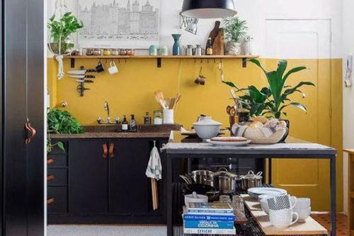 Couleur Jaune Moutarde sur le mur de la cuisine noire
