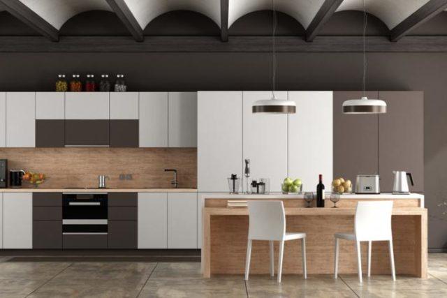 Couleur taupe sur les murs de la cuisine blanche et bois