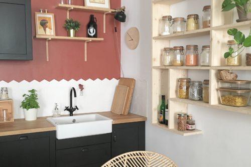 Couleur Terracotta sur les murs de la cuisine noire et bois