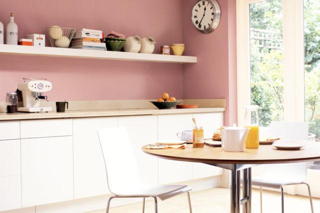 Couleur Terracotta sur les murs de la cuisine blanche