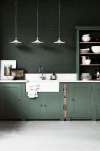 Couleur Vert Sapin sur les murs et les meubles de la cuisine