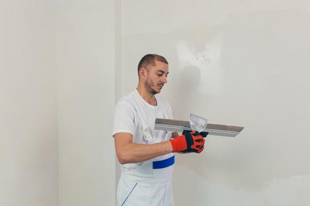 reboucher un trou dans un mur avec de l'enduit