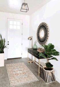 miroir décoratif rond dans l'entrée