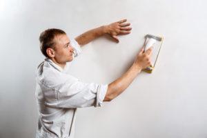 préparation du mur pour poser du papier peint